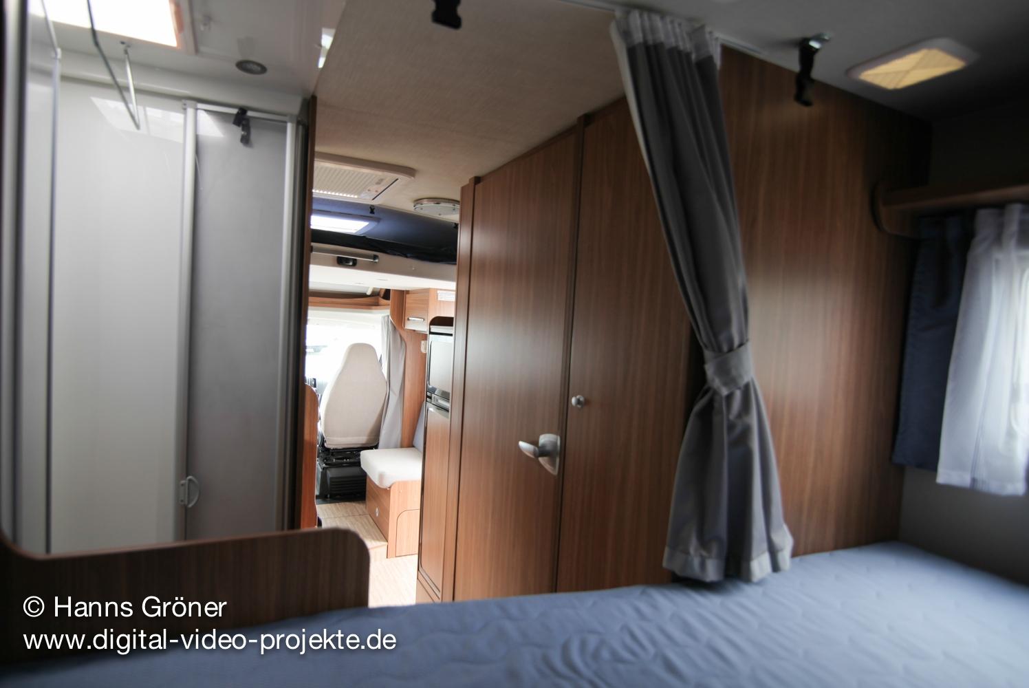Carado T334 innen  Schlafbereich mit offener Türe