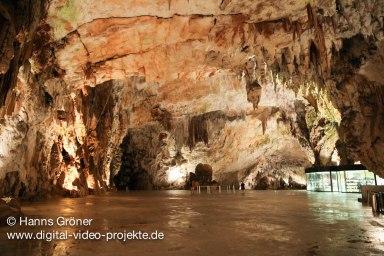 Grotten von Postojna - Konzertsaal mit Souvenirladen