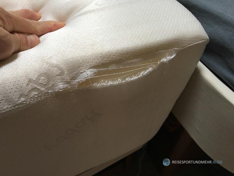 Naht an einer Matratze leicht eingerissen (Foto: Hanns Gröner)