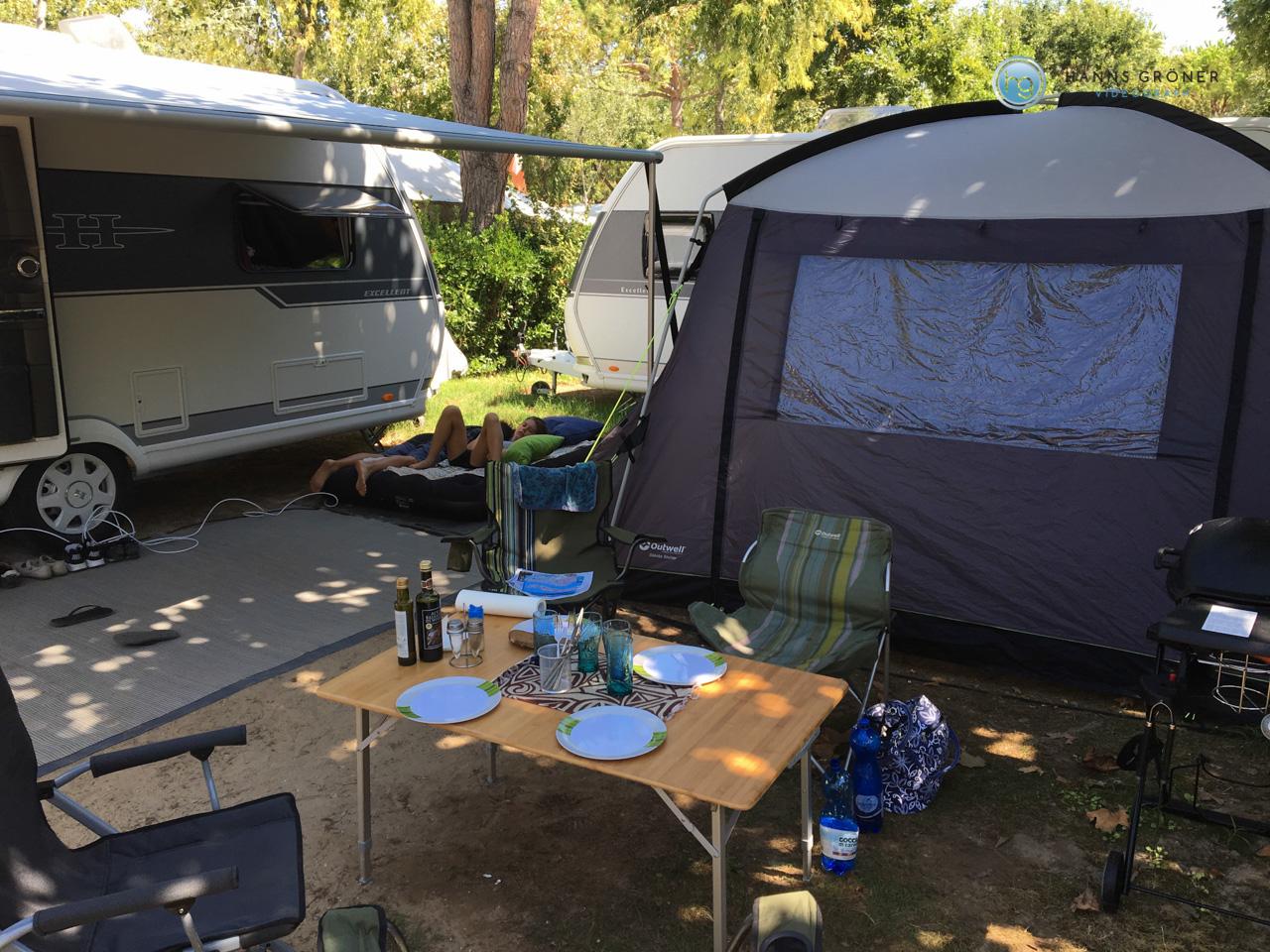 Wohnwagen und Shelter (Outwell Oklahoma in 3x3m)
