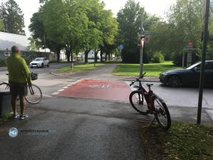 Fahrradunfall Friedenspromenade Ecke Solalindenstraße am 25.6.2018 (Foto: Hanns Gröner)