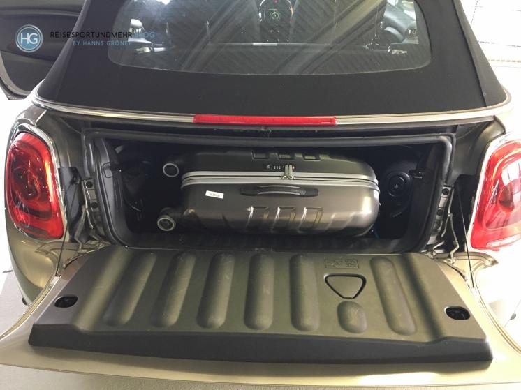 Platz für 1 Koffer Im Kofferraum des DriveNow Mini Cabrio am Flughafen Düsseldorf (Foto: Hanns Gröner)
