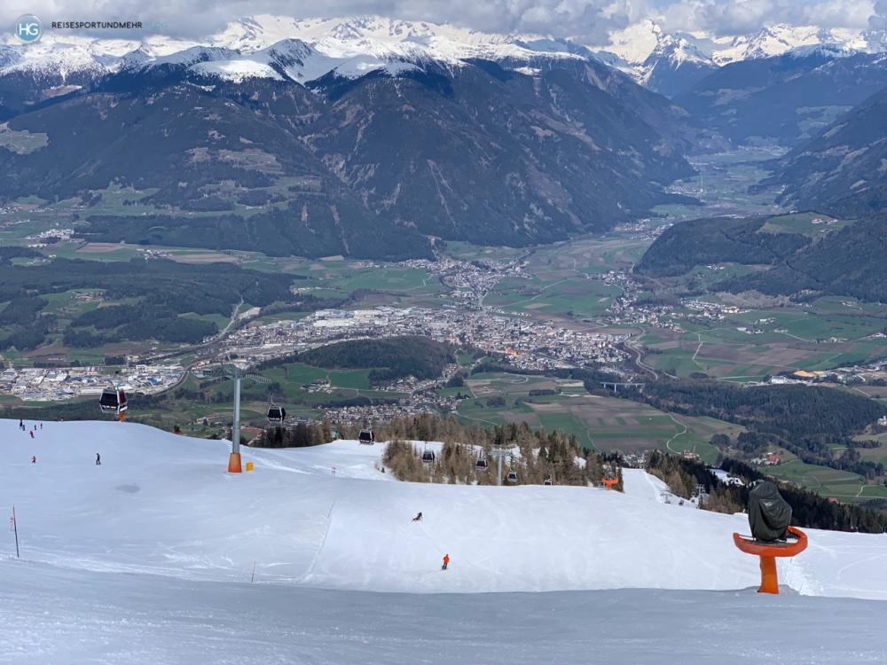 Blick vom Gipfel des Kronplatz auf Bruneck (Foto: Hanns Gröner)