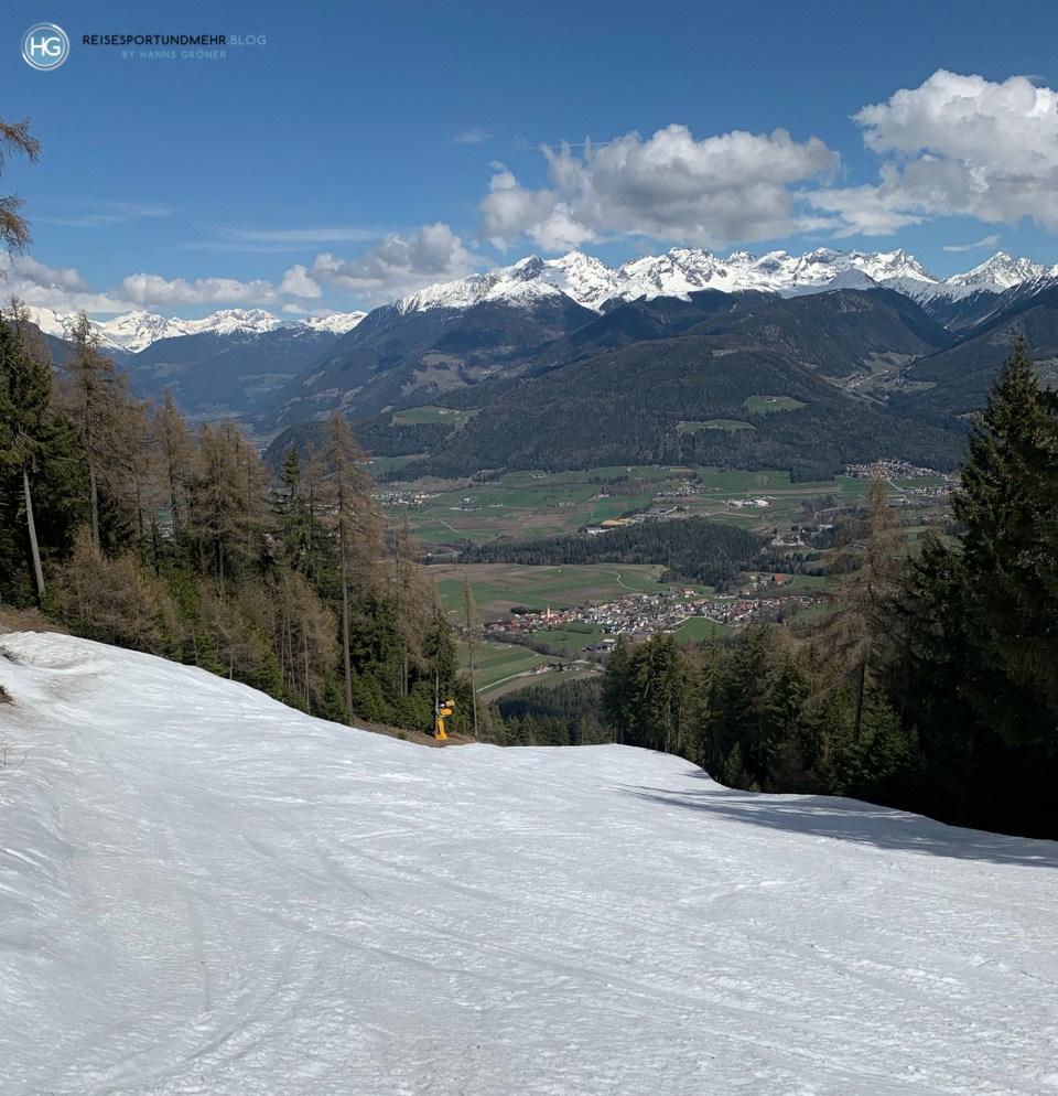 Auf der Silvester - Blick ins Tal und auf die umliegenden Berge (Foto: Hanns Gröner)