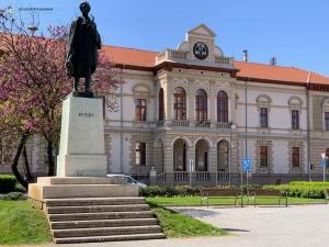 Kiskörös an Ostern 2019 - Rathaus mit Petöfi Denkmal (Foto: Hanns Gröner)