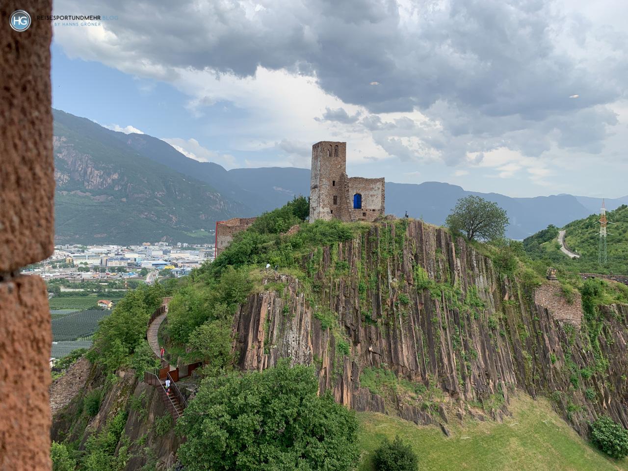Die Burg Sigmundskron hoch über Bozen und das Messner Mountain Museum Firmian (Foto: Hanns Gröner)