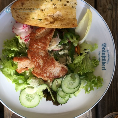 Salat mit Pute im Bräustüberl Tegernsee (Foto: Hanns Gröner)