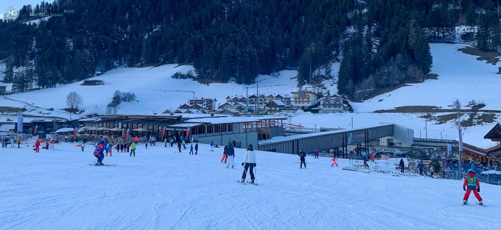 Dolomiten im Januar 2020 - Skistation Punka an der Talstation der Helmbahn mit Anschluss an den Ski Pustertal Express (Foto: Hanns Gröner)