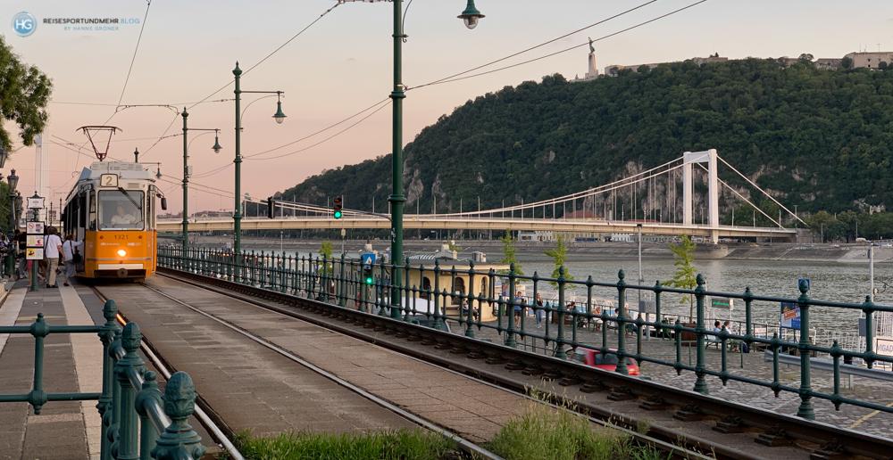 Budapest im Sommer 2020 - typisches Panorama mit Straßenbahn, Donau und Gellertberg (Foto: Hanns Gröner)