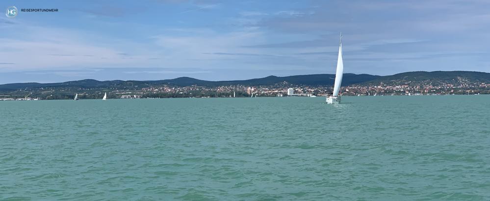 Blick vom Segelboot zurück auf Balatonfüred (Foto: Hanns Gröner)