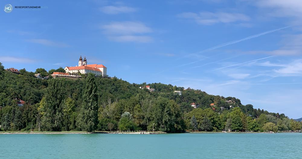 Die Klosterkirche in Tihany vom See aus (Foto: Hanns Gröner)