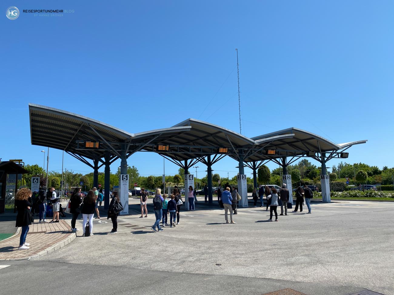 Bushaltestelle beim Schiffsanleger in Punta Sabbioni an Pfingsten 2021 (Foto: Hanns Gröner)