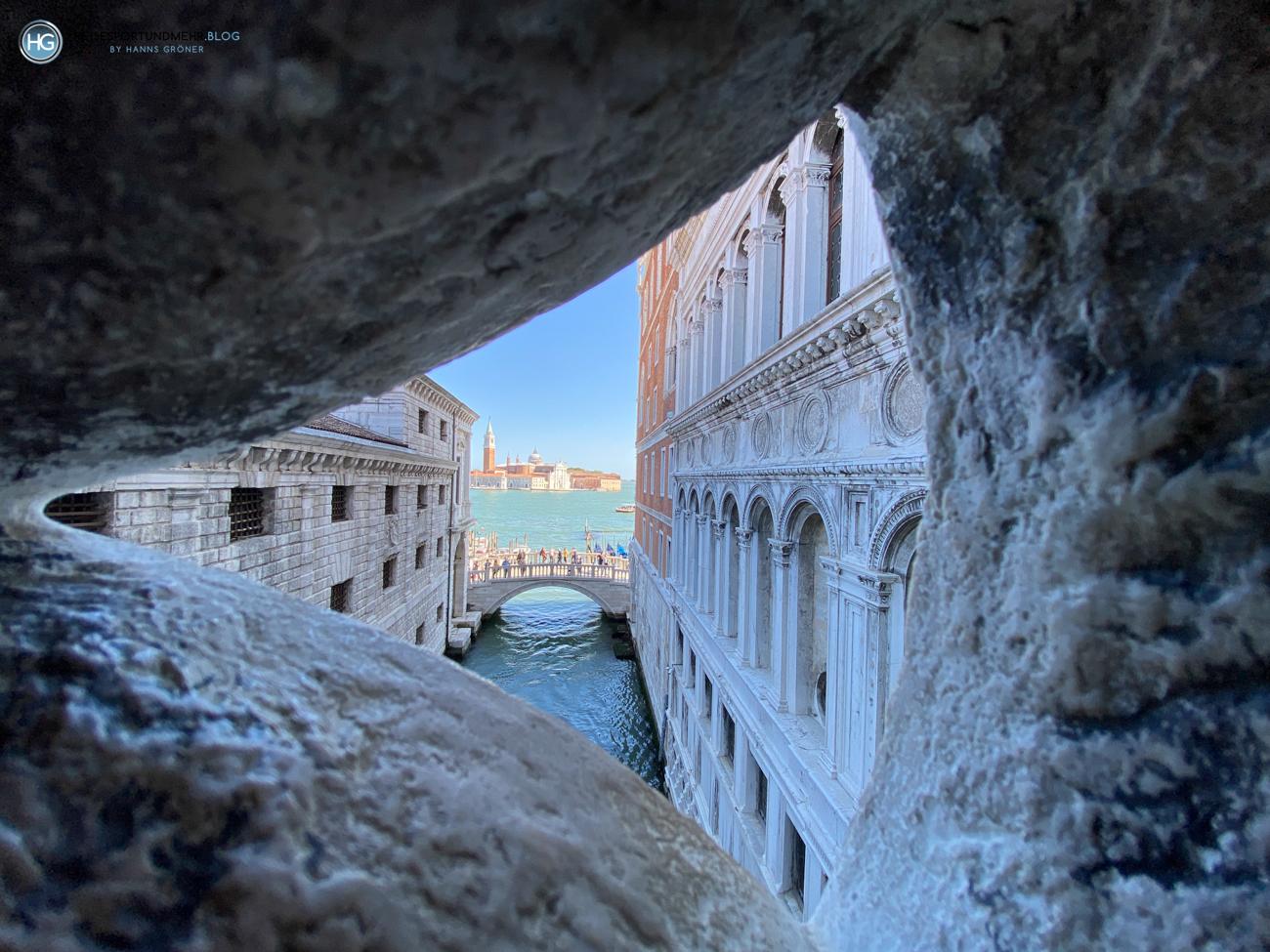 Blick aus der Seufzerbrücke auf das Gefängnis (links), den Dogenpalast (rechts) und San Giorgo Im Hintergrund - Pfingsten 2021 (Foto: Hanns Gröner)